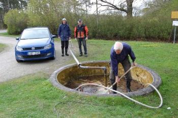 Börje spolar bassängen under överinseende av Andreas och Robert