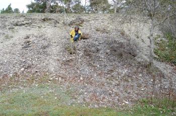 Flitig Christina rensar bort sly i sluttningen