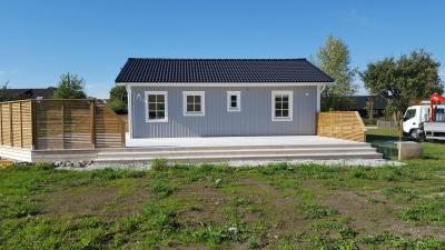 Nybygget är ett monteringshus med platsbyggd terrass