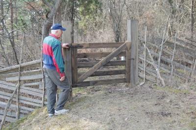 Börje vid den nya grinden vid Godugnen
