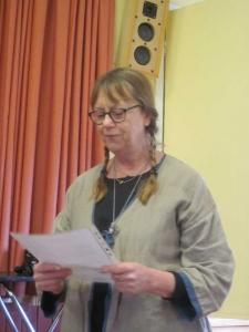 Katarina Björn läser upp revisionsberättelsen